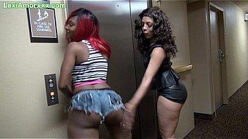 Секс с привлекательной рыжухой и с ее подругой на диванчике
