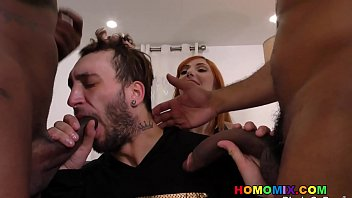 Милаха с косичкой томно целует подружку и мастурбирует её вагину языком