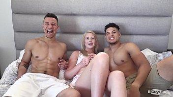 Секс на диванчике с доступной латиночкой в белых колготках и страстного типа
