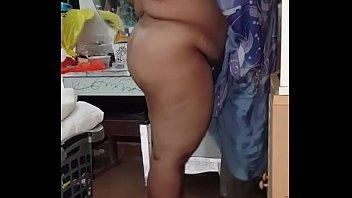 Эксгибиционистка мастурбирует свою половую щелочку и анус во дворе