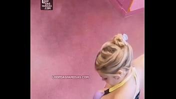 Грудастая милашка в розовых трусишках бреет ножки в ванной