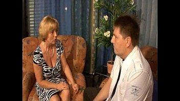 Красотка с большой аналом просит массажиста успокоить её мышцы и отыметь её в щель