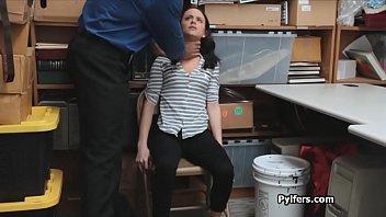 Брюнетка с симпатичной жопой дрочит себя до оргазма