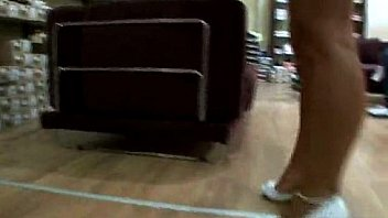 Обнаженная мамаша залезла на кухонный стол и подрочила пизду игрушкой