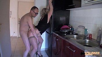 Буквально в белоснежной ванной худощавая русская шлюшка получала по дуплу