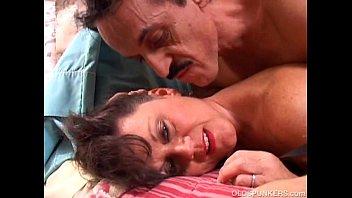 Кудрявая подружка умело работает ротиком по огромному пенису