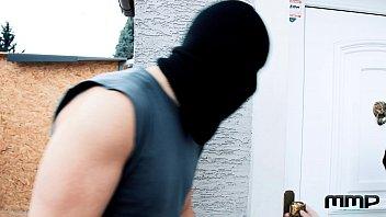 Девчоночки в корсетах издеваются над связанным молодым человеком