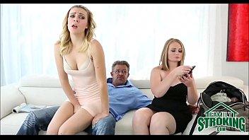 Мамуля прилегла на диван и показала на камеру голую половую щелочку