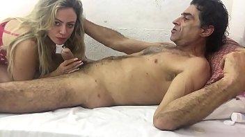 Русский парень нежно лобызает половую щелочку молодой девчушки и она мечтательно ему отдается