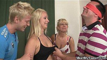 С красивым загаром блондиночка вставила во все вульвы хуй гостя