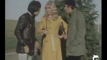 Очаровательная старуха в оранжевом нижнее белье покрутила попкой и занялась мастурбацией